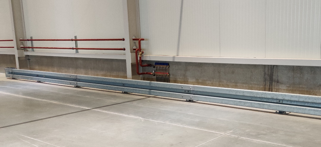 Vangrail op beton laag